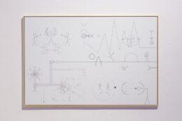 Fotografia przedstawia wspomnianą już pracę Rafała Żarskiego, ale tym razem została tak skadrowana, że zdjęcie obejmuje również ramę i fragment ściany, na której wisi grafika. Na białym tle rozmieszczone są czarne, symboliczne, geometryczne rysunki postaci tworzące umowny schemat mechanizmów rządzących współczesnymi systemami projektowymi.